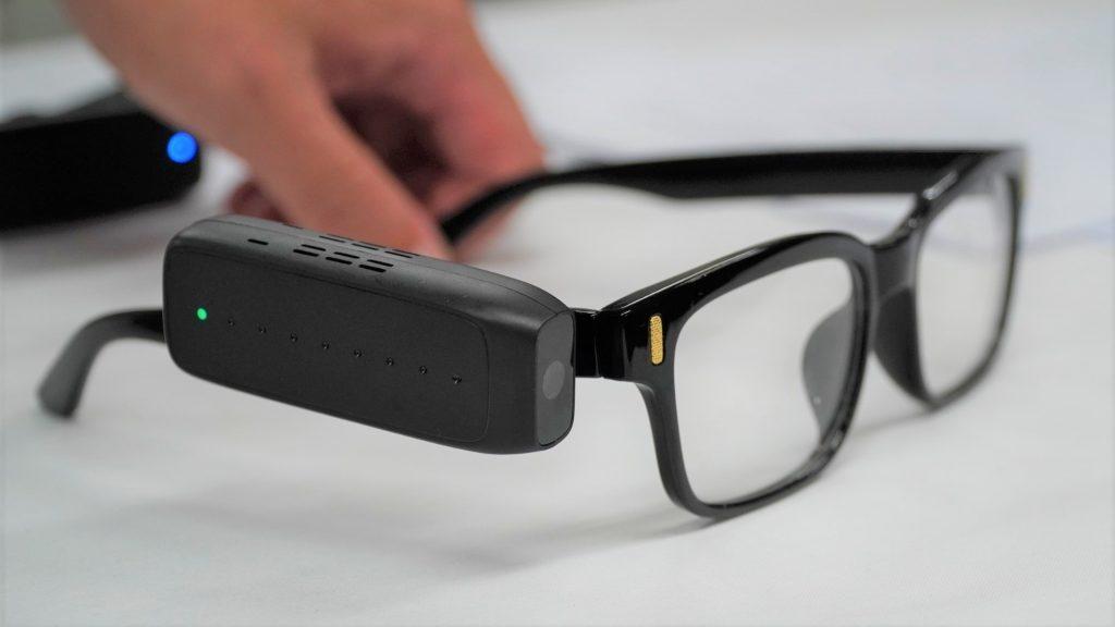 眼鏡に取り付けられたエンジェルアイスマートリーダーの画像。