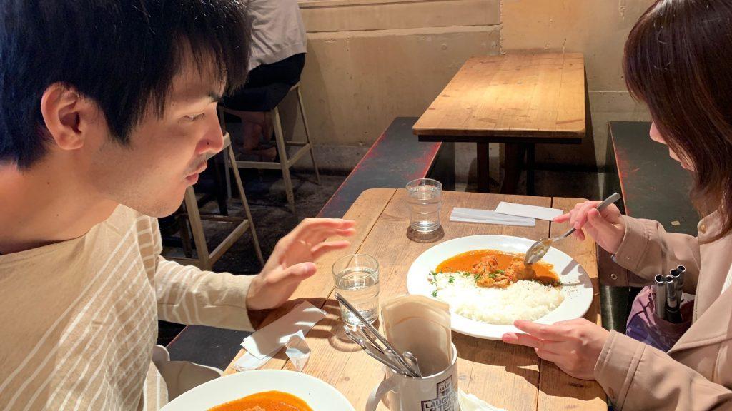村松さんと丸山さんがカフェで食事をしながら話をしている画像。
