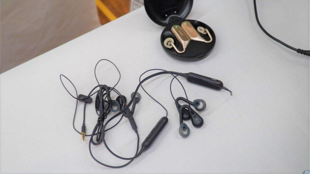 ワイヤレスイヤホンを2種類並べて撮影した画像。