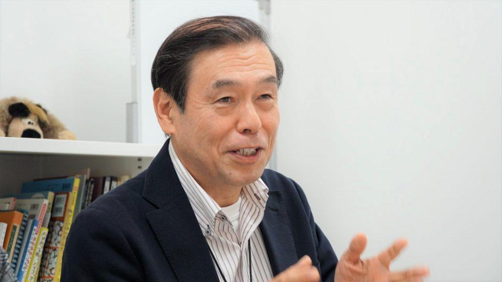 センター長の杉山さんが笑顔で話をしている画像。