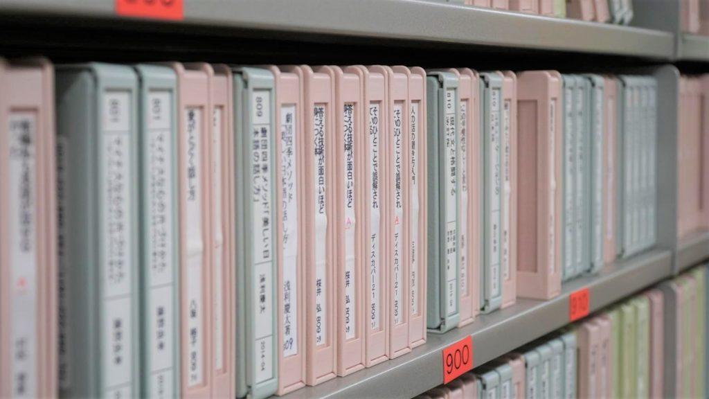 書庫に収められているデイジー図書のCDを撮影した画像。