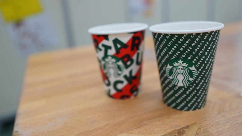 スターバックスの2種類のおしゃれな紙コップを撮影した画像。
