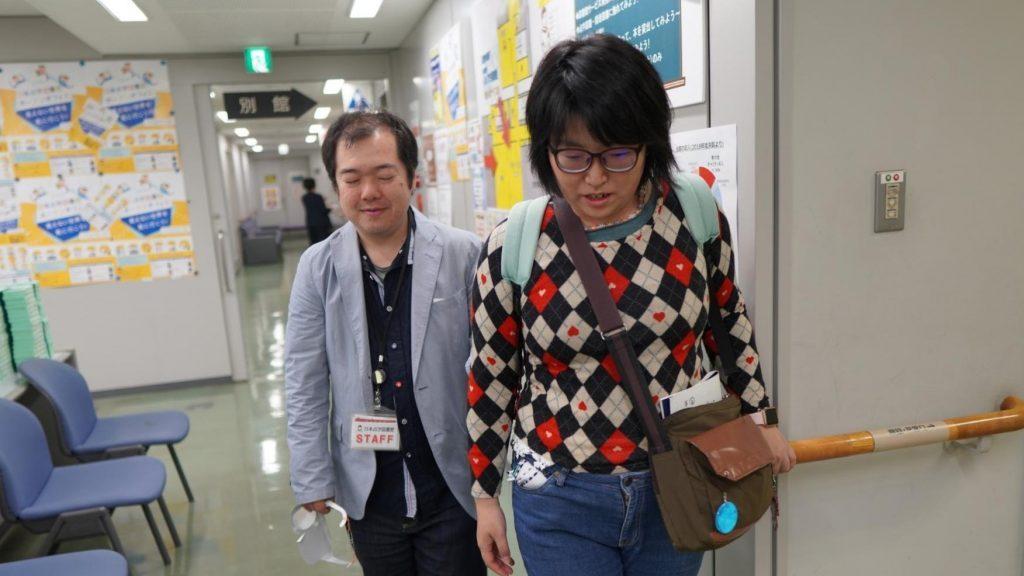 スタッフの下田が職員さんを誘導している画像。