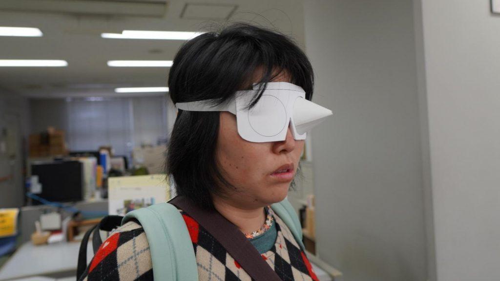 レンズが三角錐になり、先に穴が空いている眼鏡をかけている画像。