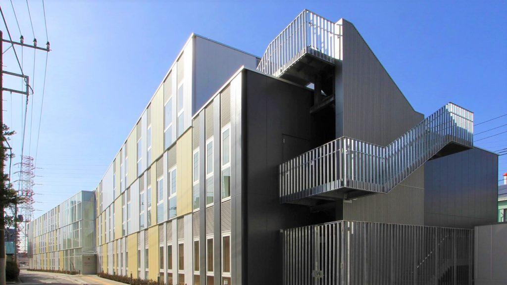 アイアイセンターが入っているビルの外観を撮影した画像。