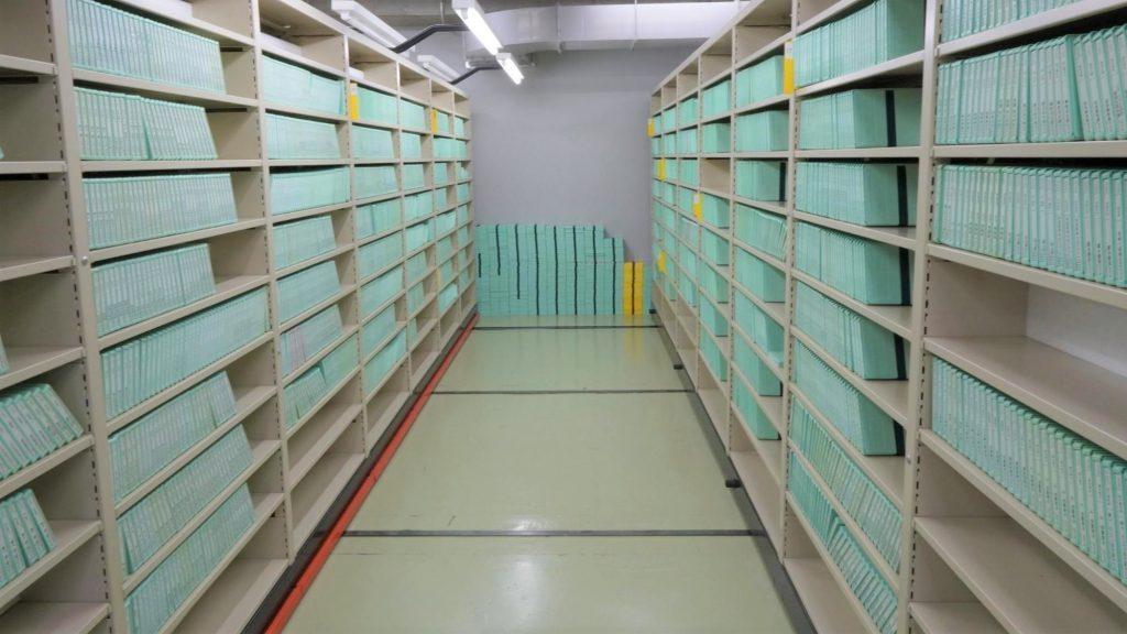 スライド式の棚にびっしりと本が並べられている画像。