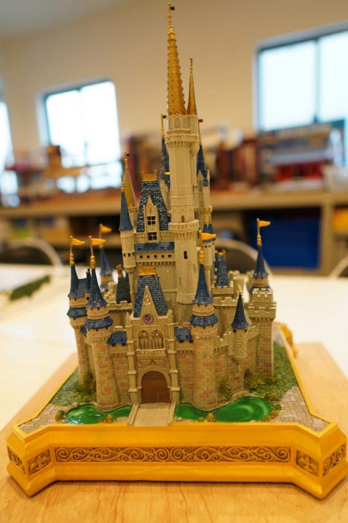 ディズニーランドのシンデレラ城の模型を撮影した画像。