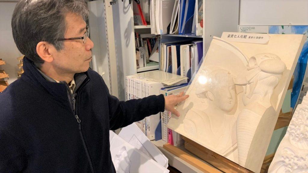 大内さんが触って分かる絵画を説明している画像。