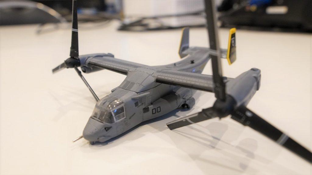 垂直離着陸輸送機オスプレイの模型を撮影した画像。