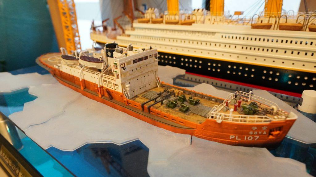 豪華客船と大型の貨物船が並んでいる画像。
