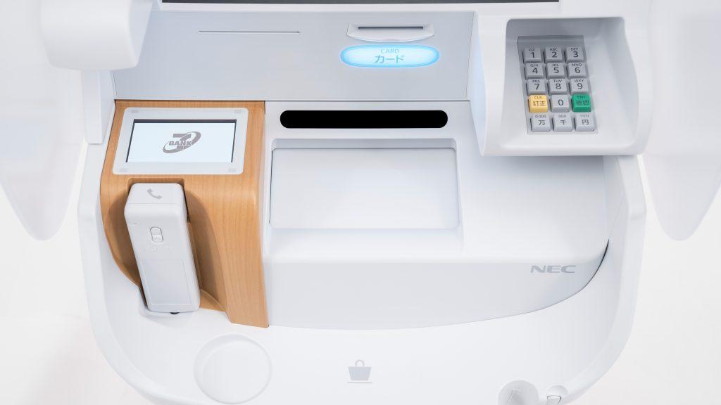 セブン銀行のATMの受話器やテンキーの位置をアップで撮影した画像。