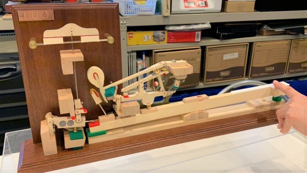 グランドピアノの内部の模型の画像。1mほどの長さがあり複雑な仕組みになっている。