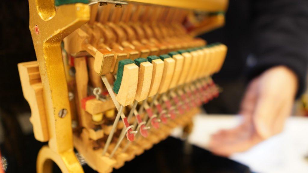 アップライトピアノの内部の模型の画像。