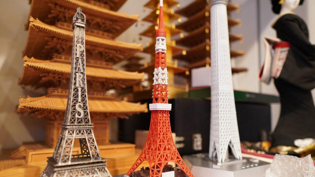 エッフェル塔、東京タワー、東京スカイツリーの模型を並べて撮影した画像。