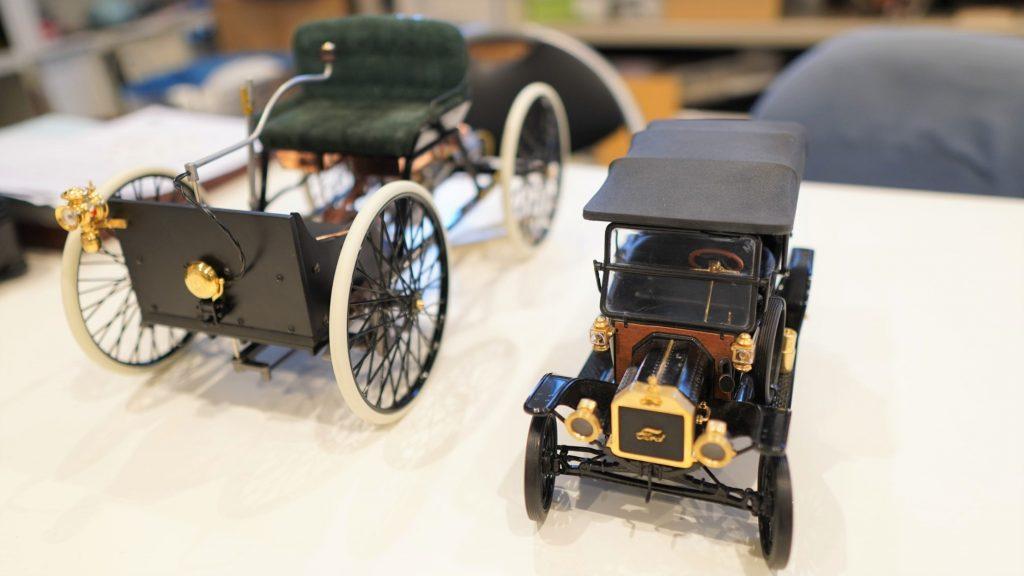 自動車の初期の模型を並べて撮影した画像。