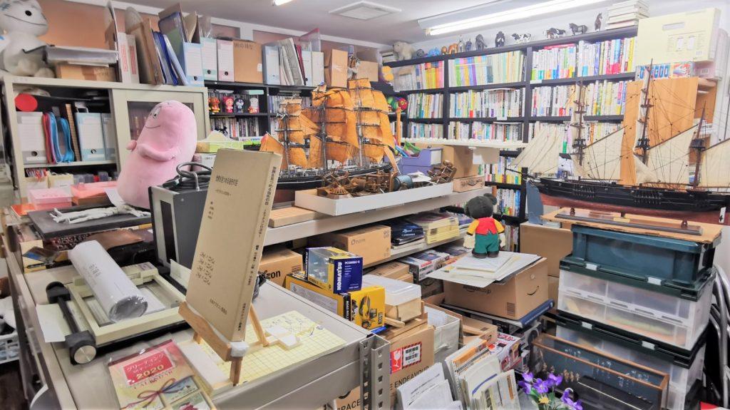 資料や書籍がたくさんある別室を撮影した画像。