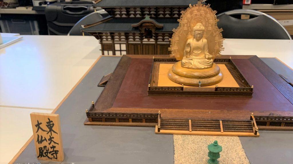 東大寺の大仏の模型全体を撮影した画像。
