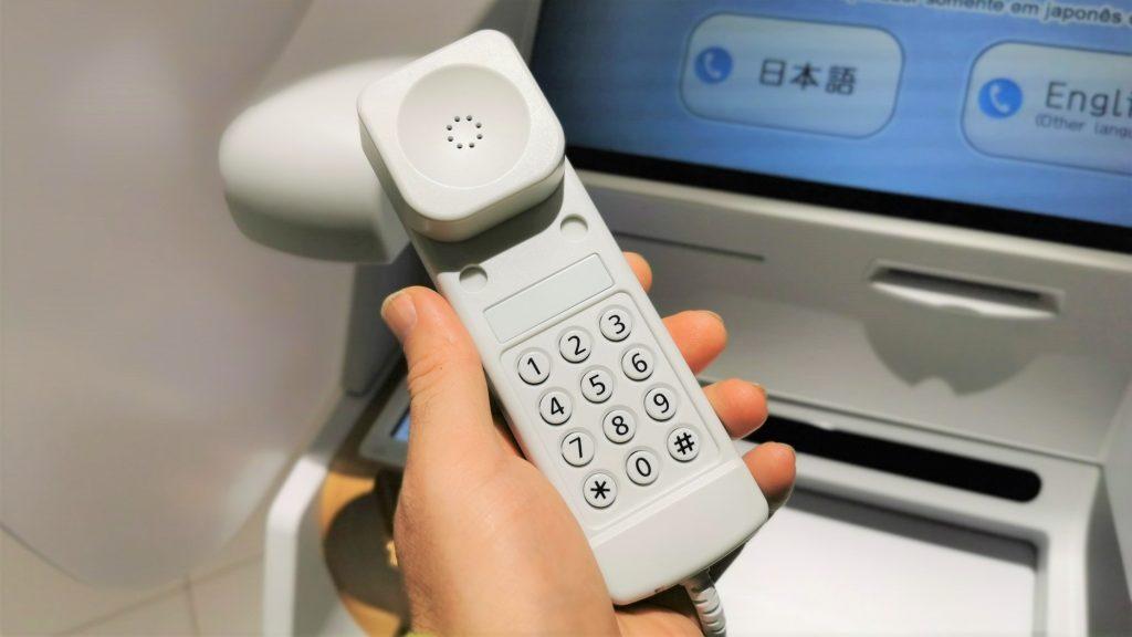 受話器の内側を撮影した画像。電話と同じ数字キーが並んでいる。