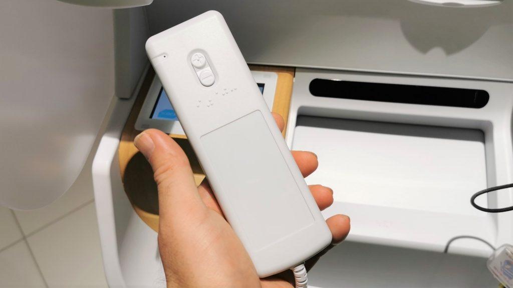 受話器の外側を撮影した画像。上下に音量を調整するボタンがついている。