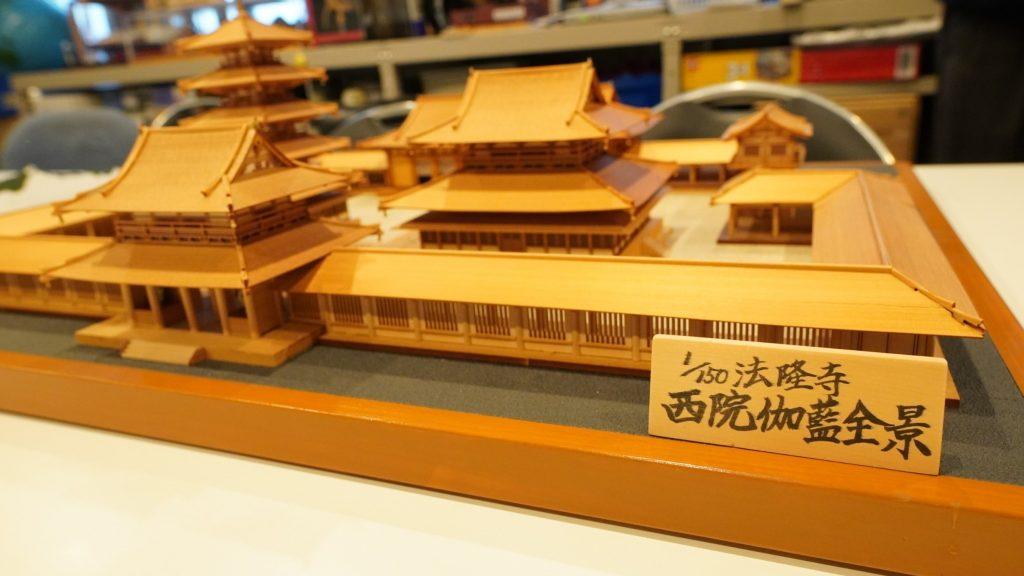 150分の1のサイズの法隆寺の模型を撮影した画像。