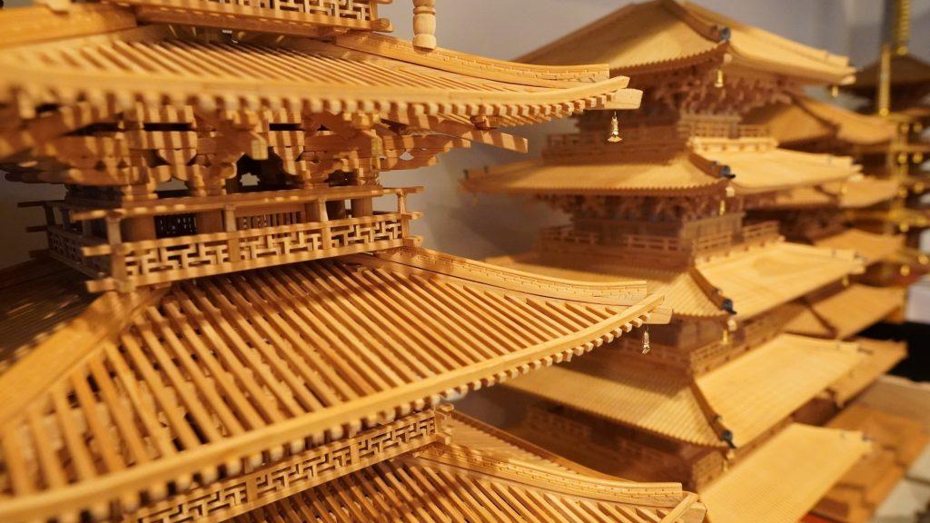 五重の塔が並んでいる様子を撮影した画像。
