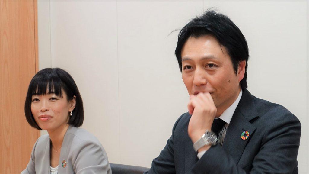 開発に携わった内田様と深澤様がお話している画像。