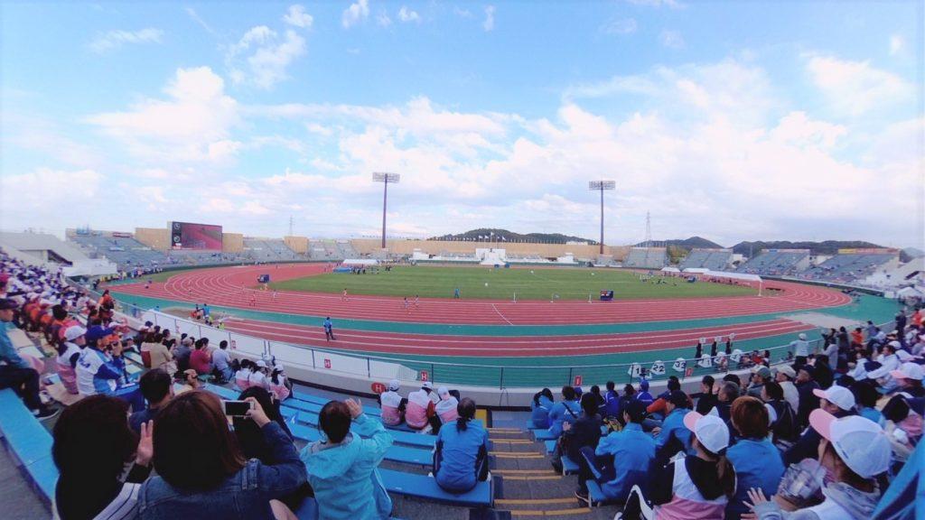 全国障害者スポーツ大会のスタンドから競技場を撮影した画像。