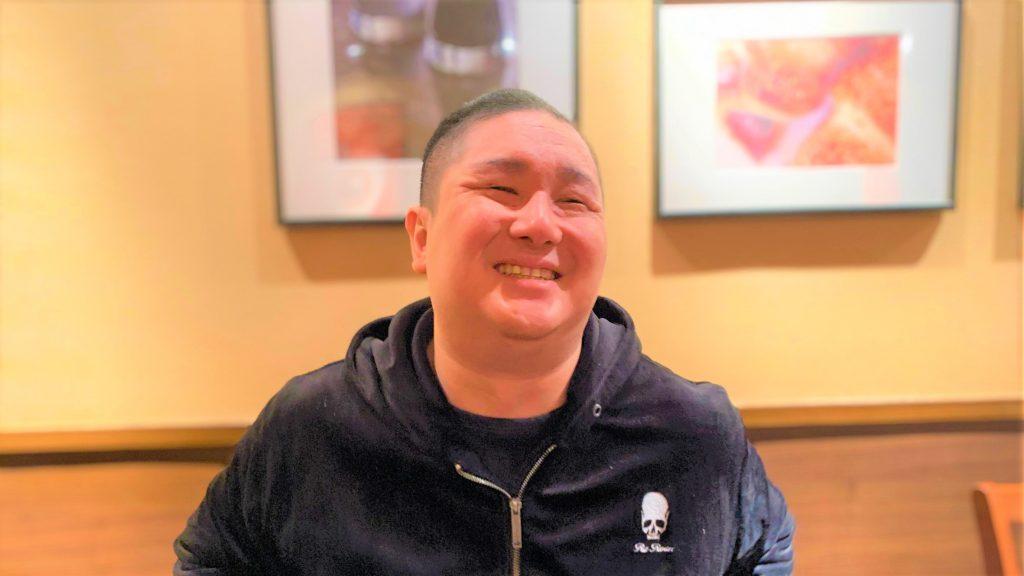 井上さんが笑顔で話をしている画像。