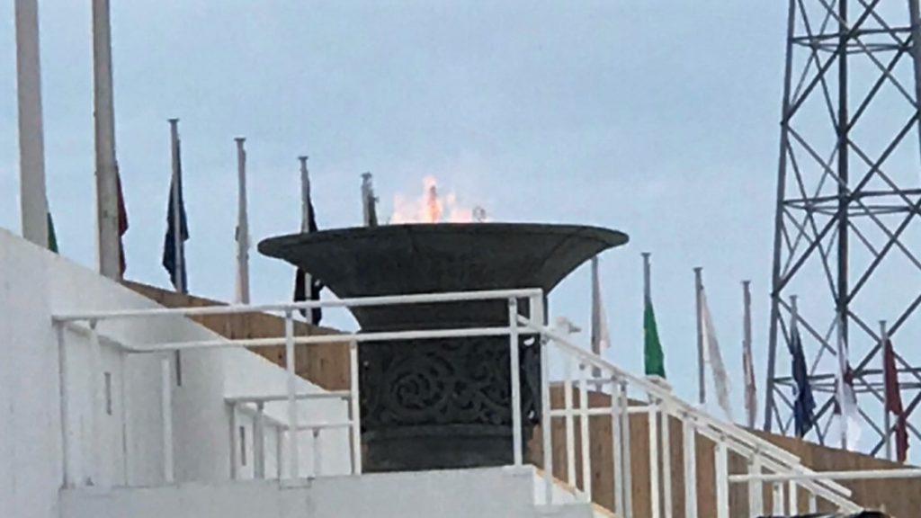 全国障害者スポーツ大会の聖火台で炎が燃えている様子。
