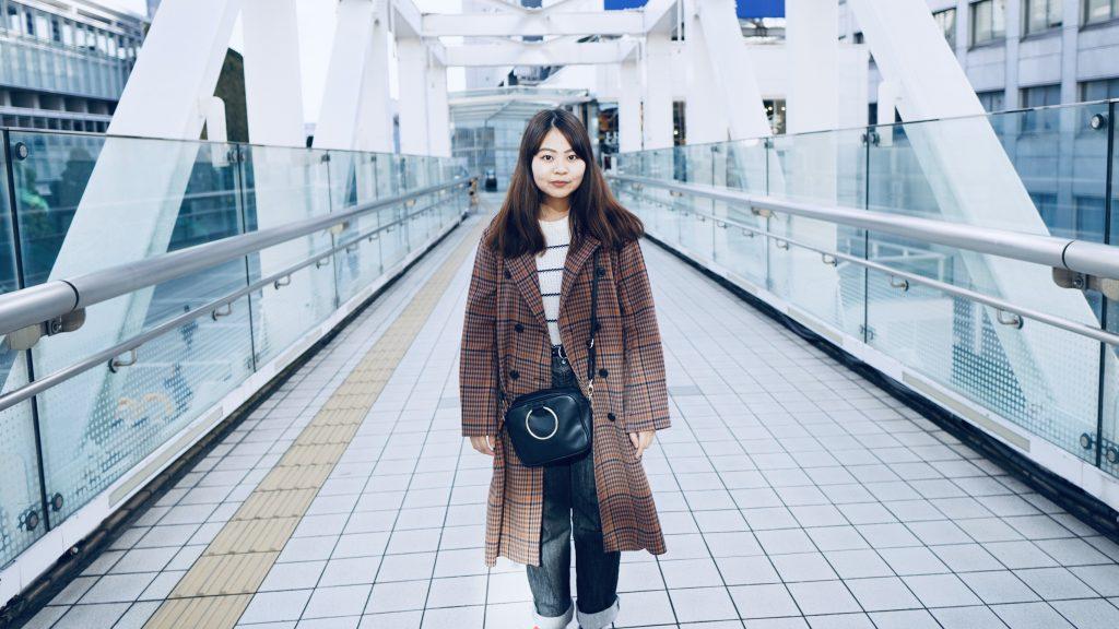 歩道橋の真ん中で立っている櫻井さんを撮影した画像。