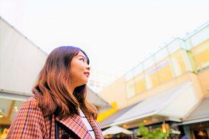 空を見上げている櫻井さんを撮影した画像。