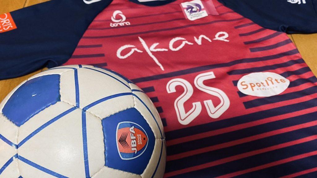乃木坂ナイツのユニフォームとブラインドサッカーのボールを撮影した画像。