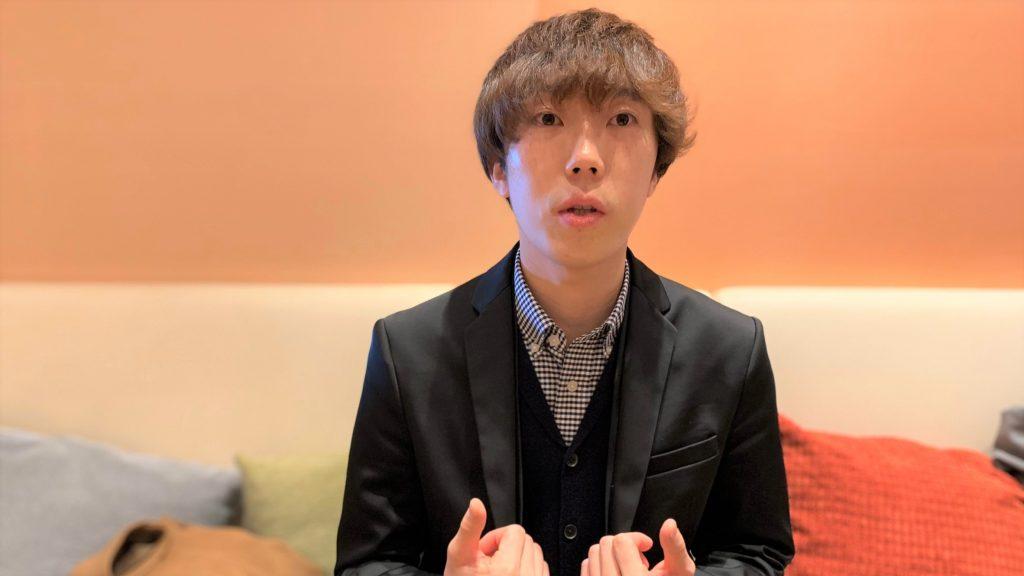 カフェでインタビューに答える北原さんの画像。