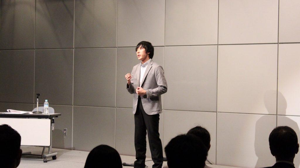 北原さんが観衆の前で歌っている画像。
