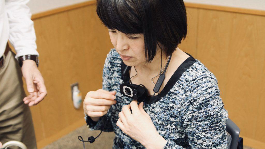 参加者がダイナグラスを身につけて確認している画像。