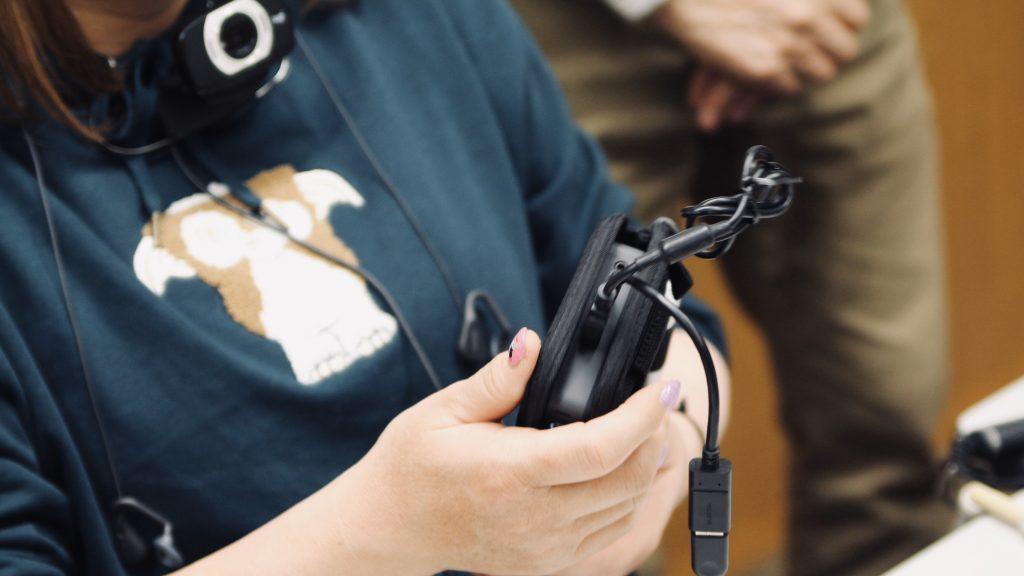 参加者がダイナグラスを触っている手元を撮影した画像。