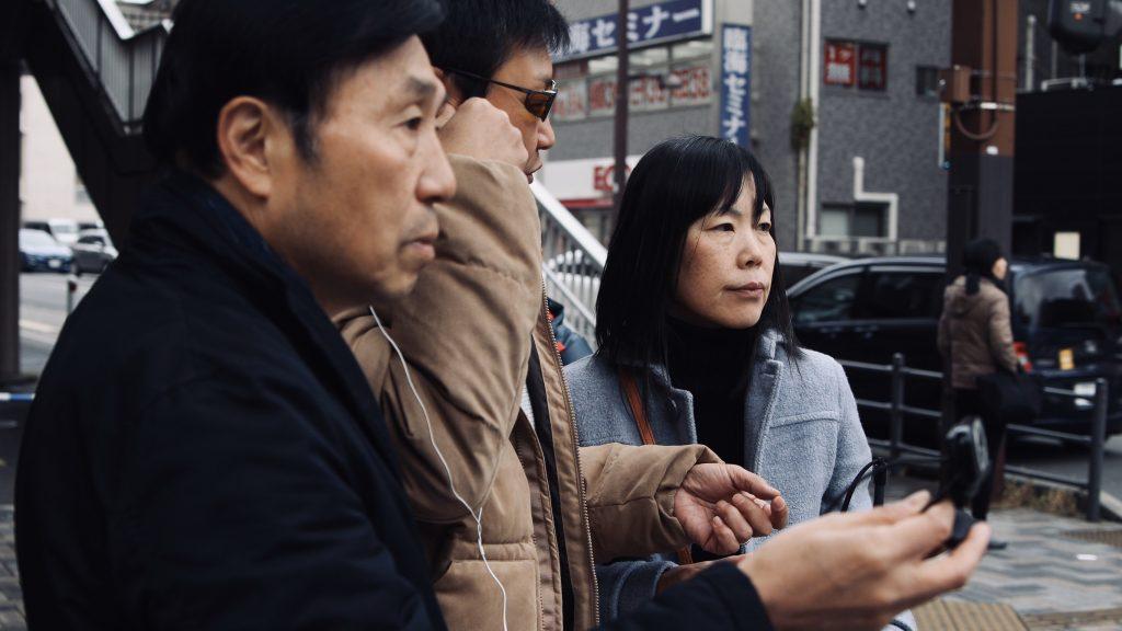 参加者が交差点で信号機の認識を試している画像。