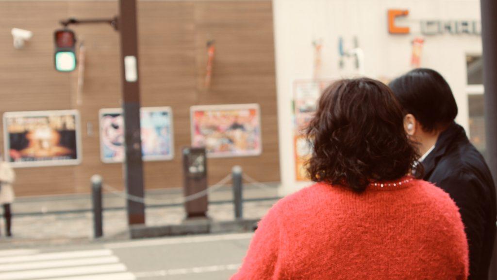 信号を体験する参加者の後ろ姿を撮影した画像。