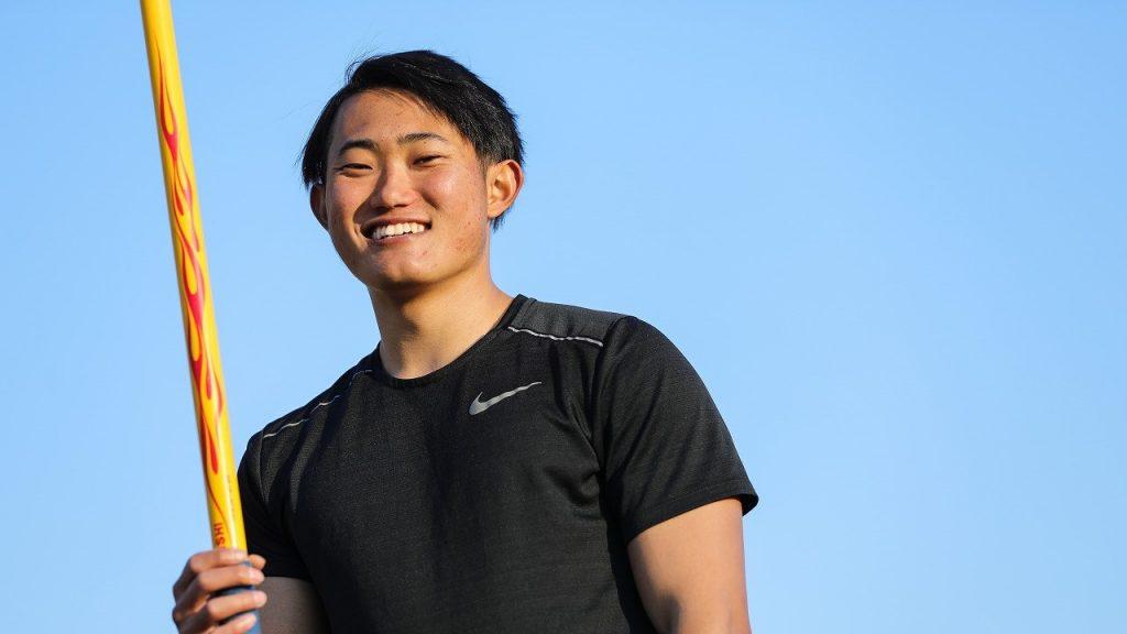 若生選手がやりを片手に持って、笑っている画像。