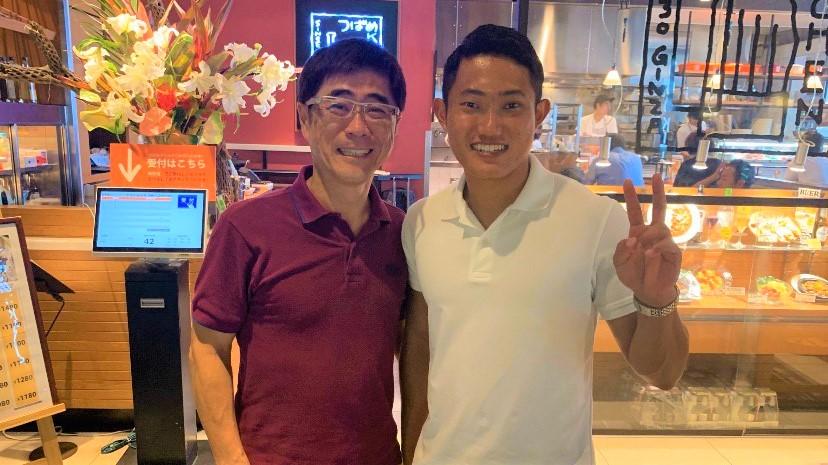 若生選手と小林もとおさんの笑顔のツーショット画像。