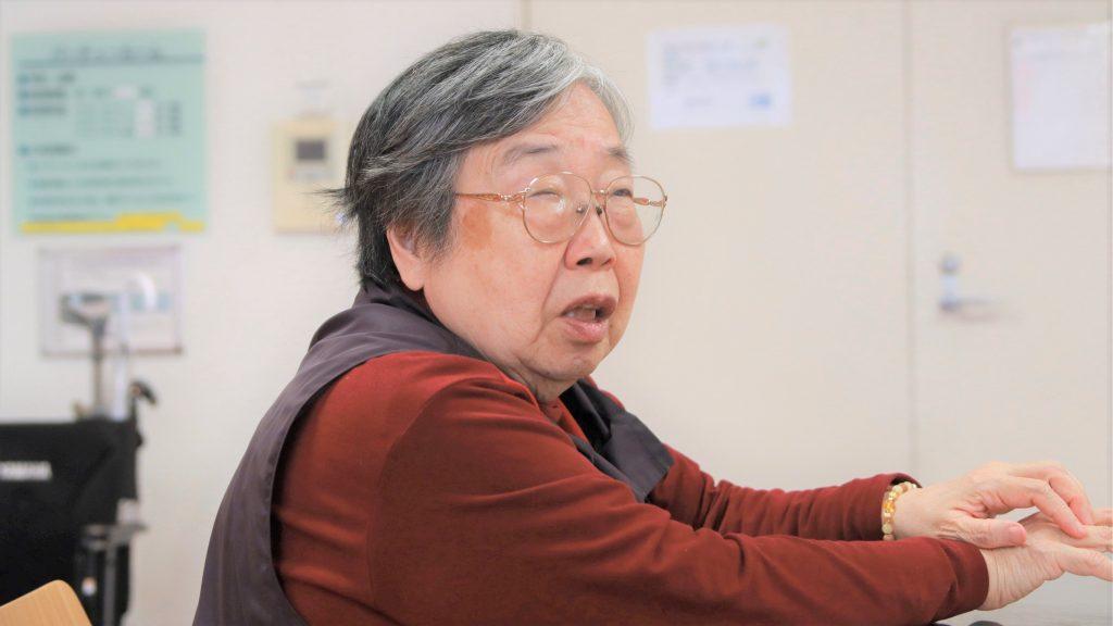 インタビューに答える吉野さんを横から撮影した画像。