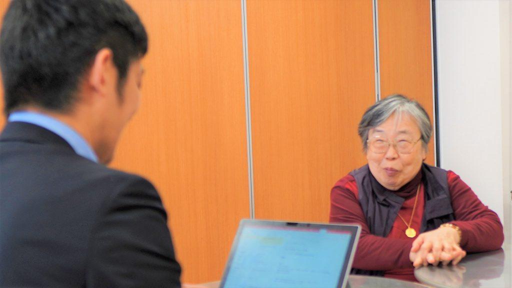 インタビュアーの後ろから吉野さんを撮影した画像。