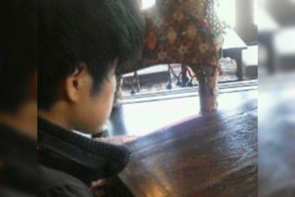 羽田さんの横顔を撮影した画像。
