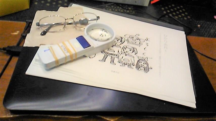 ルーペやメガネなど福島さんが制作に使うグッズを机に並べている画像
