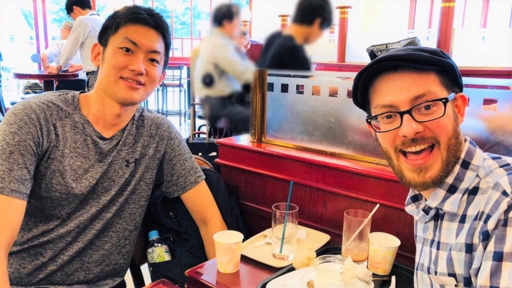 カフェの店内でジェッドさんと高橋が笑顔で映っている画像。