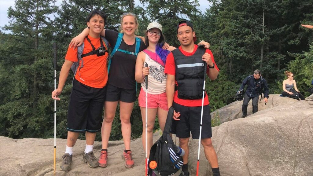 クレメントさんが友人とのハイキング中に、記念撮影している画像。