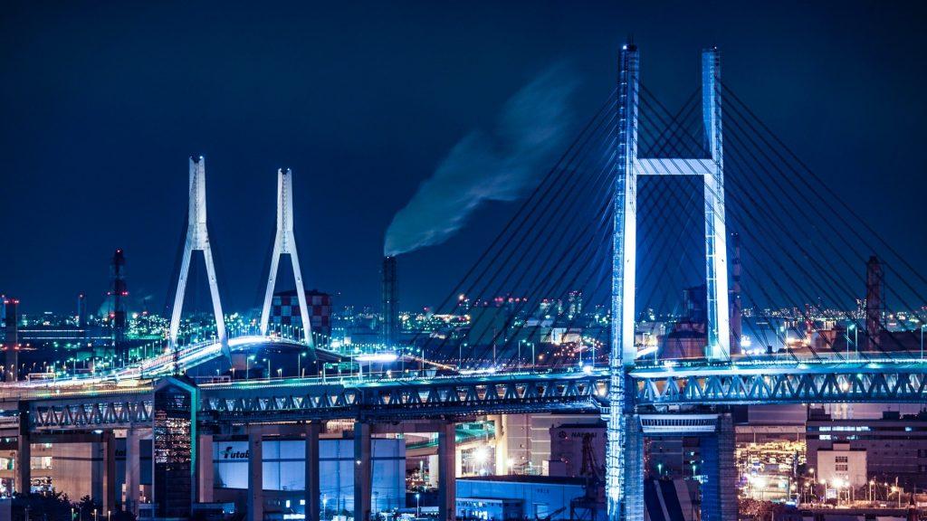 横浜のベイブリッジが夜景でライトアップされている画像。