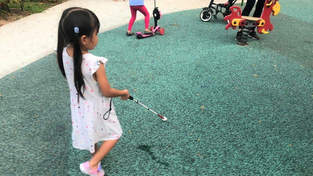 白杖を使って歩行練習を行う娘さんの画像