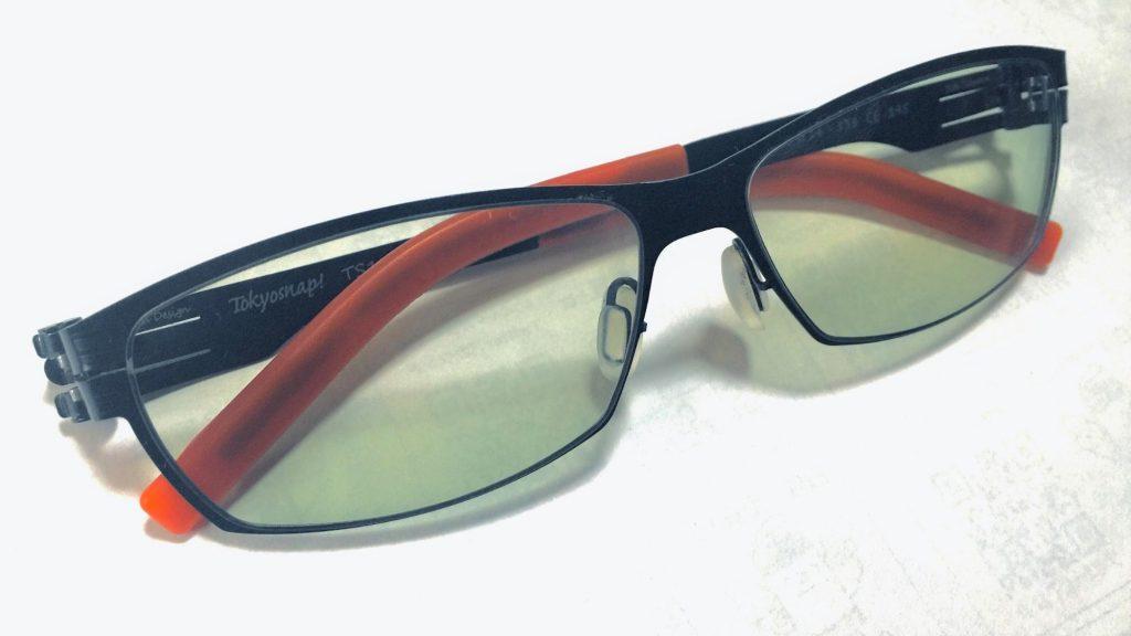 机の上の遮光眼鏡を1つ撮影したイメージ画像。