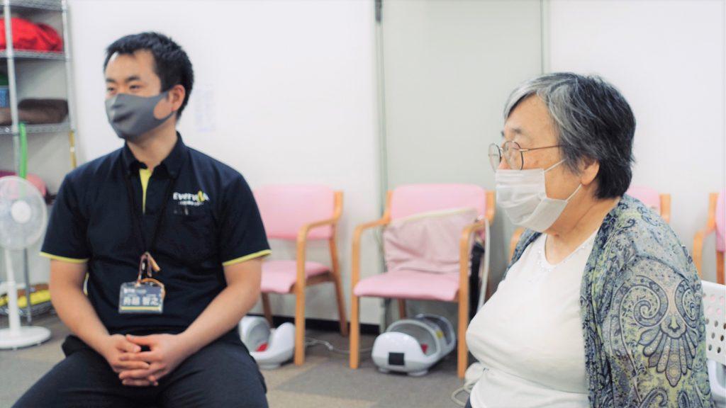 舟越さんと吉野さんが椅子に座って話をしている画像。